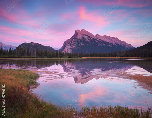 Aluminium Purper Vermillion Lakes Sunset in Banff Canada