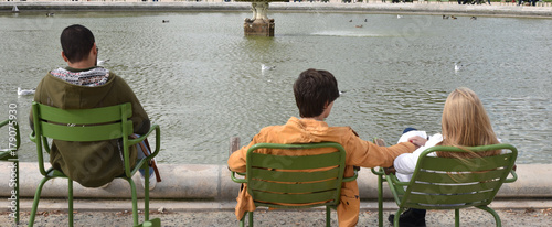 Détente au jardin des Tuileries à Paris, France - 179075930