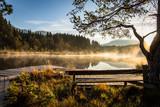 Sonne scheint am Morgen am See im Herbst - 179086142