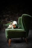 Schöner Blumenstrauß auf einem Sessel - 179098388
