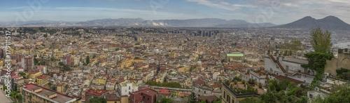 Fotobehang Napels Vista panoramica della città di Napoli dal Vomero. Si può ammirare tutta la città che si estende fino al centro direzionale, dove stanno i grattacieli. Sullo sfondo il vulcano Vesuvio.