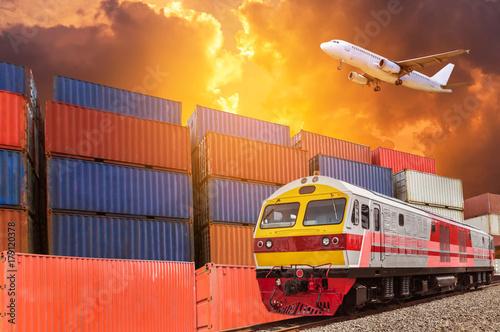 Globalny biznes z ładunku towarowego pociągu towarowego i pojemnik ładunek stosu w stacji dokującej podczas ładunek samolot latający powyżej na zachód słońca. logistyka transport dostawa import koncepcja eksportu.