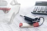 Autokosten und Finanzierung; Autoschlüssel, Auto und Taschenrechner auf Tabellen, Hintergrund, Textfreiraum