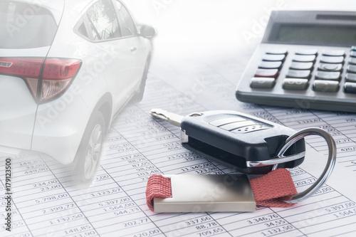 Autokosten und Finanzierung; Autoschlüssel, Auto und Taschenrechner auf Tabellen, Hintergrund, Textfreiraum - 179123500
