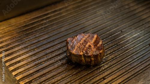 Foto op Plexiglas Steakhouse stek wołowy średnio wysmażony czas