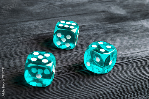 Платно risk concept - playing dice at black wooden background