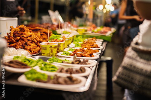 Foto op Plexiglas Bangkok Fried Chicken Stall In Thai Market