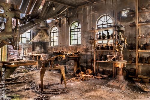 Fotobehang Gebouw in Puin old expired workshop