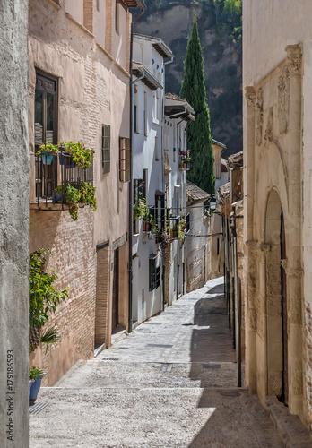 Poster Smal steegje Old narrow street perspective at Albayzin district in Granada city, Spain