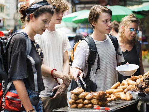 Foto op Plexiglas Bangkok A group of tourists buying Thai Food at food stall