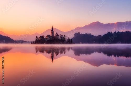 In de dag Oranje eclat Lake and sunset