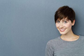 glückliche junge frau mit kurzen haaren © contrastwerkstatt