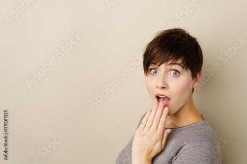 frau hält überrascht eine hand vor den mund © contrastwerkstatt