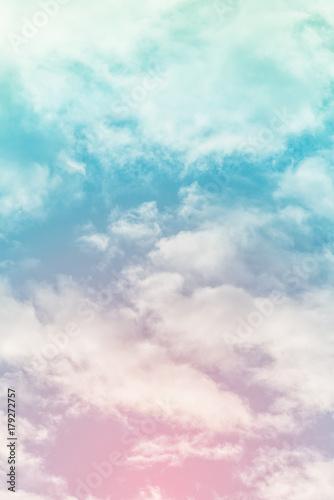slonce-i-chmura-w-tle-z-pastelowym-kolorze
