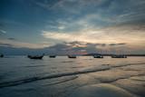 Ao Nang, Prowincja Krabi. Tradycyjne tajskie łodzie i zachód słońca plaża.