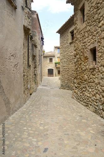 Poster Smal steegje Medieval cobblestone alley in Peratallada, Girona, Spain