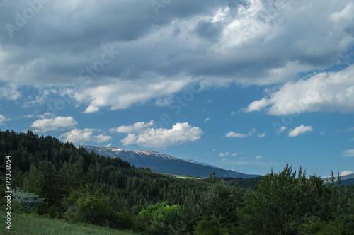 Aluminium Blauwe jeans Snowy peak and green hills