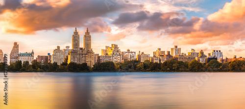 Foto op Aluminium New York New York Upper West Side skyline at sunset as viewed from Central Park, across Jacqueline Kennedy Onassis Reservoir