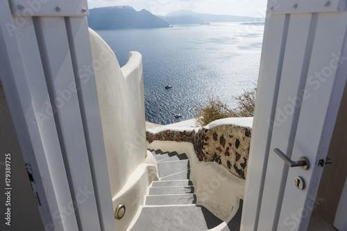 Blick durch die Tür auf das Mittelmeer