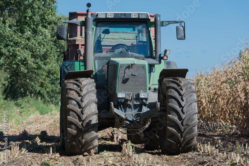 Aluminium Trekker Maisernte, Maishäcksler in Aktion, Erntewagen mit Traktor