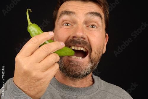 Homme mangeant un piment vert Poster
