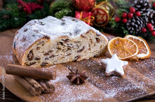 Bożenarodzeniowy masło gałeczki z rodzynkami na drewnianym stole z pikantność i sproszkowanym cukierem