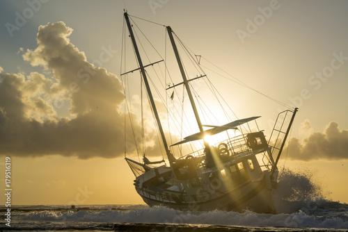 Aluminium Schipbreuk Wrecked boat abandoned stand on beach in RHodes Greece