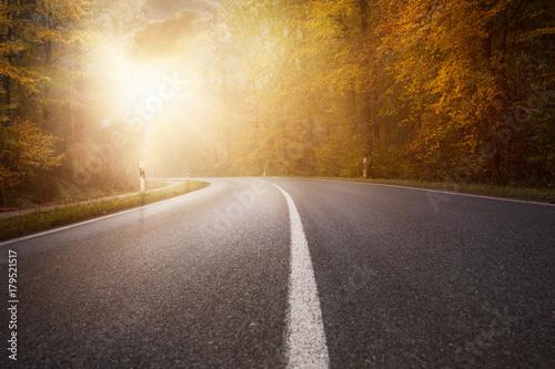Herbstliche Landstraße - 179521517