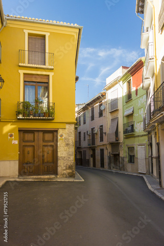 Poster Smal steegje Colourful Houses in a Narrow Street, Spain