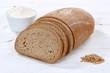 Brot Weizenbrot Weizenmischbrot geschnitten Scheibe auf Holzplatte - 179522708