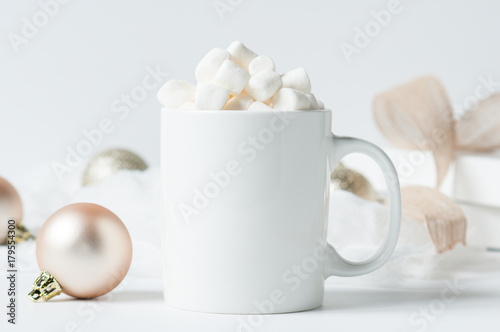 Canvas Chocolade mug of hot chocolate with marshmallows surounded by Christmas decorations
