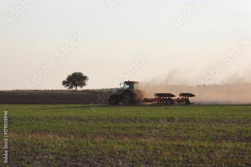 Fotobehang Lente tractor on the fieldя