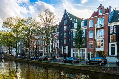 Aluminium Blauwe hemel Panorama d'un canal et ses maisons typiques à Amsterdam, Hollande, Pays-bas