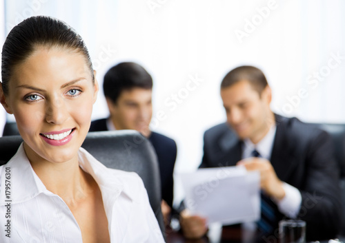 Poster Portrait of happy smiling businesswoman at office