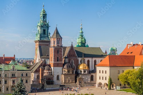 In de dag Krakau KRAKOW, POLAND - SEPTEMBER 4, 2016: Tourists visit Wawel castle in Krakow, Poland