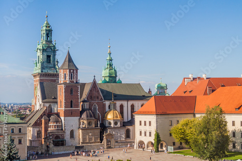 Papiers peints Cracovie KRAKOW, POLAND - SEPTEMBER 4, 2016: Tourists visit Wawel castle in Krakow, Poland