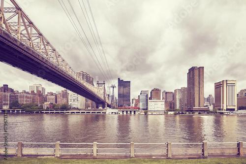 Fotobehang New York Retro toned Queensboro Bridge and Manhattan seen from Roosevelt Island, New York, USA.