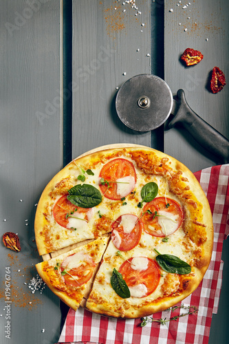 Aluminium Pizzeria Classic Margarita Pizza