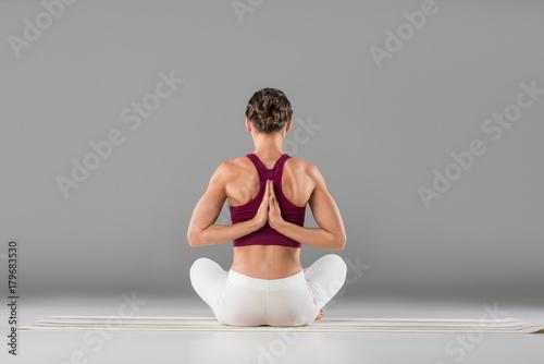mujer-sentada-en-postura-de-loto