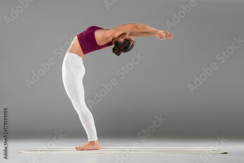 mujer-de-pie-en-pose-de-yoga