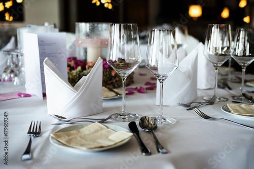 Festlich gedeckter Tisch - 179689349