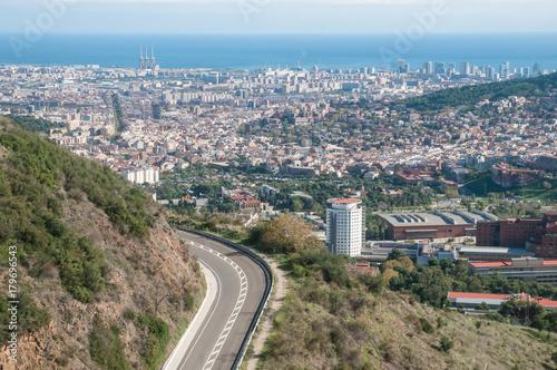 Fotobehang Barcelona Carretera y vista aérea de la ciudad de Barcelona desde Collserola