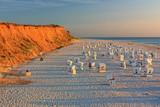 Strand mit Strandkörben am Roten Kliff bei Kampen auf Sylt an der Nordsee bei Sonnenuntergang - 179721730