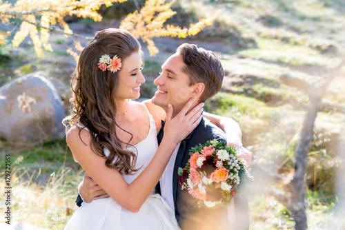 Glückliches Brautpaar bei der Hochzeit - 179722163