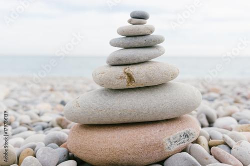 Foto op Aluminium Stenen in het Zand pila de piedras formando un arbol de navidad