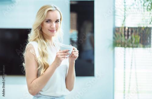 Plexiglas Konrad B. Portrait of an adorable young lady drinking coffee