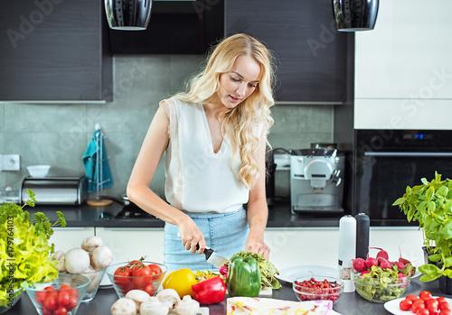 Plexiglas Konrad B. Pretty blonde making a vegan dish