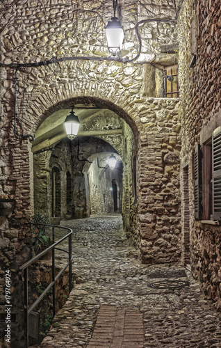 Poster Smal steegje Narrow street in the old town in France at night