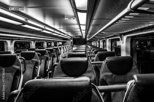 Dover, NJ USA - 1 listopada 2017: Nowy piętrowy pociąg NJ Transit w nocy z pustymi siedzeniami, czarno-biały