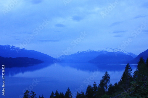 Aluminium Donkerblauw Misty cool mountainscape